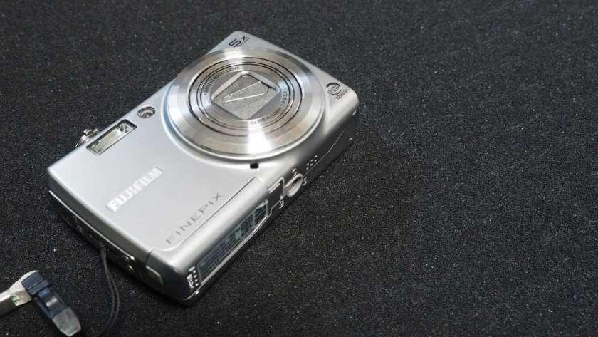 FujiFilm FinePix F100fd の写真。カメラ本体が斜めに映し出されている。全体が満遍なくはっきりと見えている。