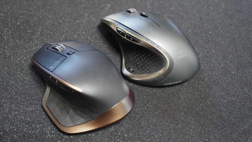 MX Master と M950 の背面を比較した様子。。