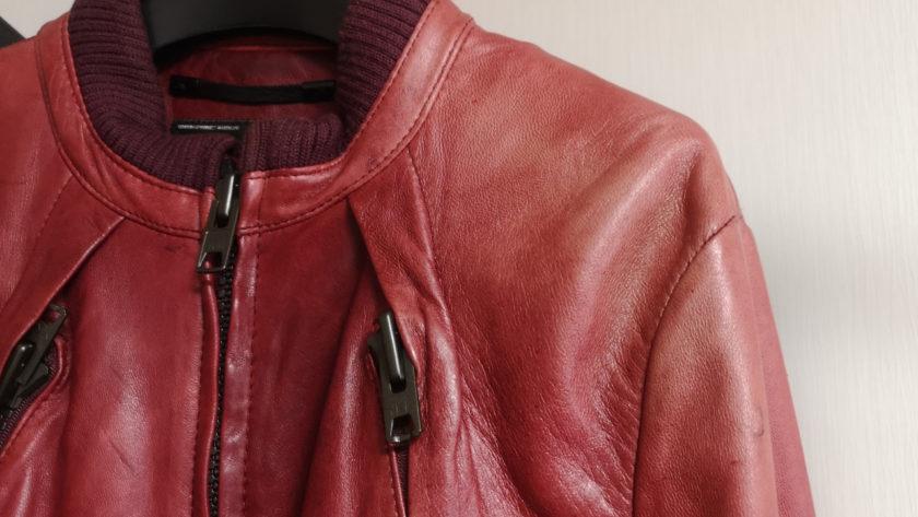 肩口に日焼けがある赤いレザージャケット