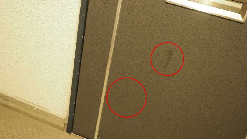 左下に蹴ったような跡がある。
