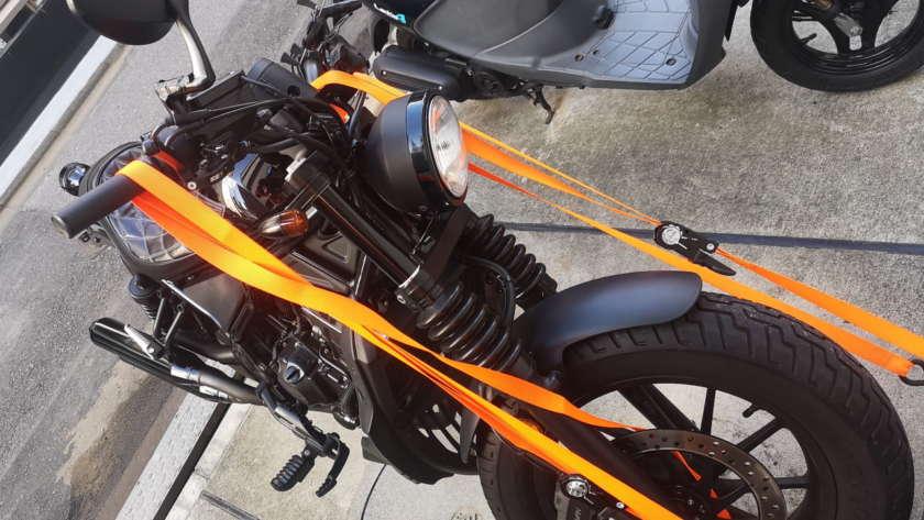 ラチェットベルトでバイクを固定した様子
