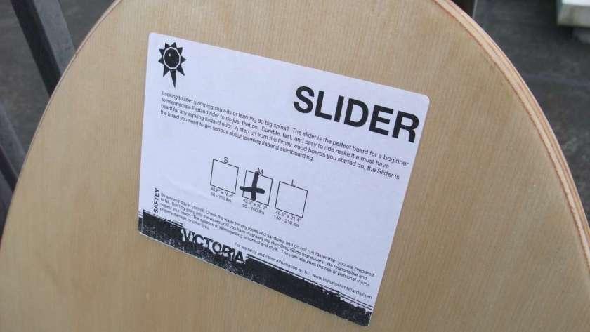 Victoria Slider の背面。製品情報が書かれたラベル。